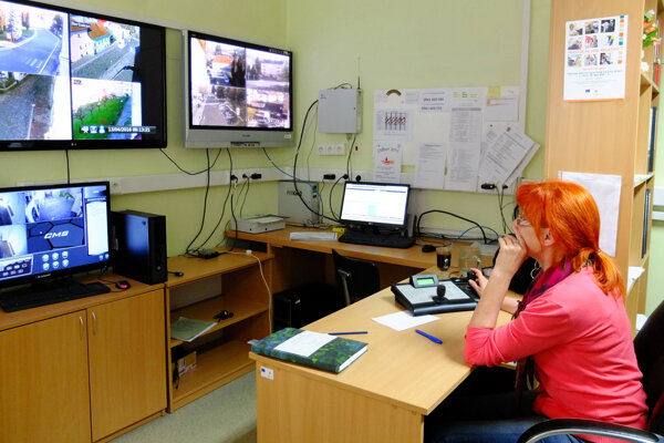 Operátori kamerového systému sledujú naraz viacero monitorov.