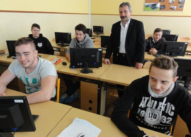 Dušan Husár medzi študentmi.