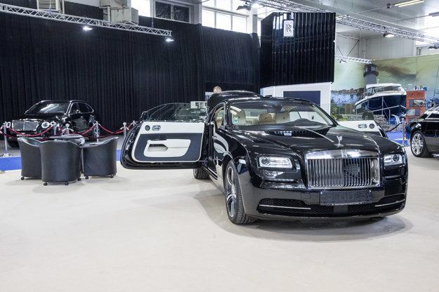 Svoje miesto na autosalóne má aj značka Rolls Royce.