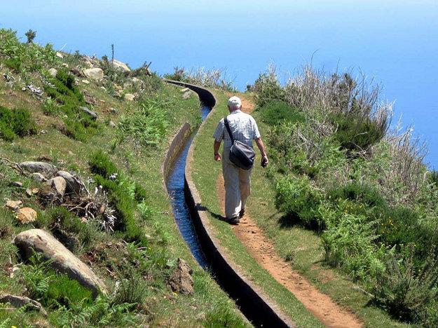 Ostrovom vedie asi 1 400 kilometrov zavlažovacích kanálov (levada) a popri nich vedie množstvo turistických chodníkov.