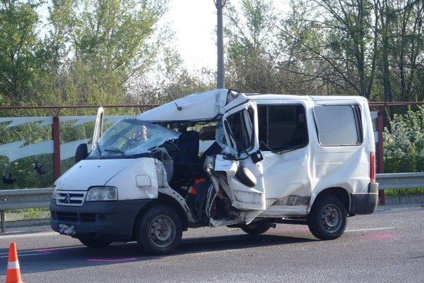 Dodávka zostala po nehode zdemolovaná.