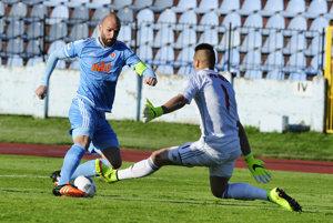 Róbert Vittek (vľavo) strieľa prvý gól Slovana.