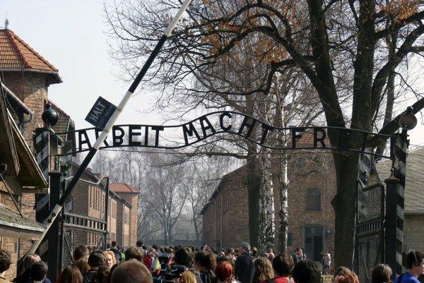 """Nápis """"Arbeit macht frei"""" nad vstupom do koncentračného tábora v  Osvienčime."""