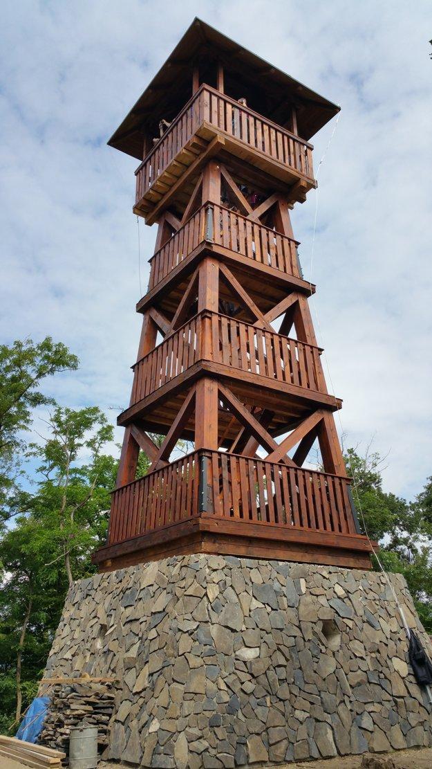Rozhľadňu s výškou 16,8 metra slávnostne otvorili 20. júna 2015.