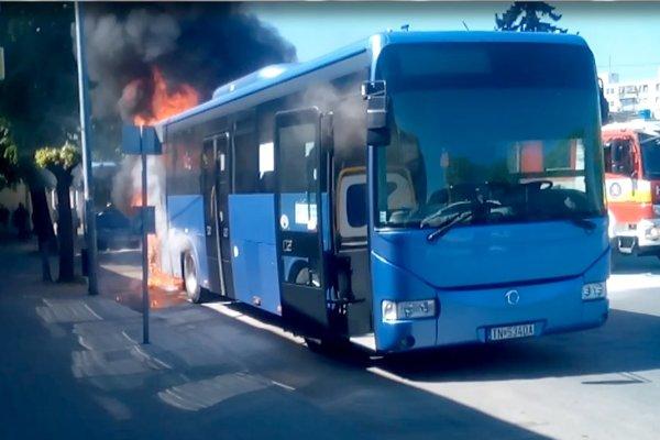 Autobus začal horieť krátko po štrnástej hodine.