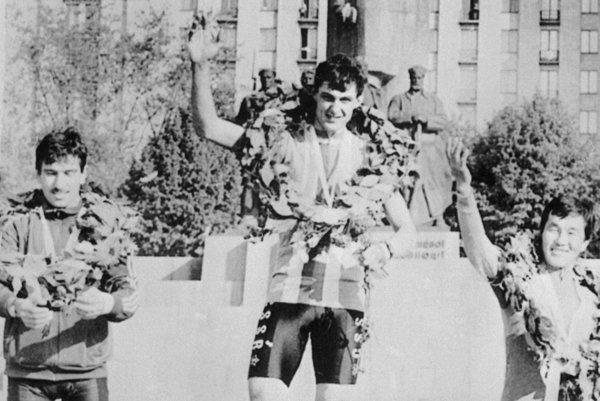 Trojica najlepších z prvej etapy Pretekov mieru 1986 na vyhlásení v Kyjeve. V strede kežmarský rodák Jozef Regec.