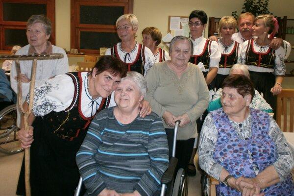 Seniorom v Nitrianskom Rudne pripravil program folklórny súbor Nevidzianka.