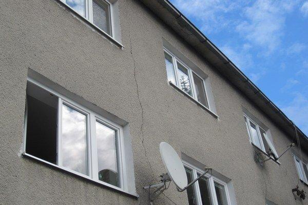 Bytovka na Kragujevskej ulici má okrem iného poškodenú aj fasádu.