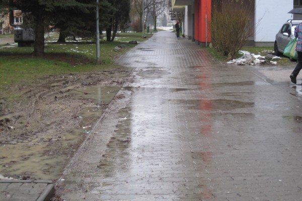 Chodníky na sídliskách sú v katastrofálnom stave.