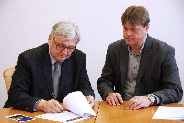 Slávnostné podpisovanie zmluvy.