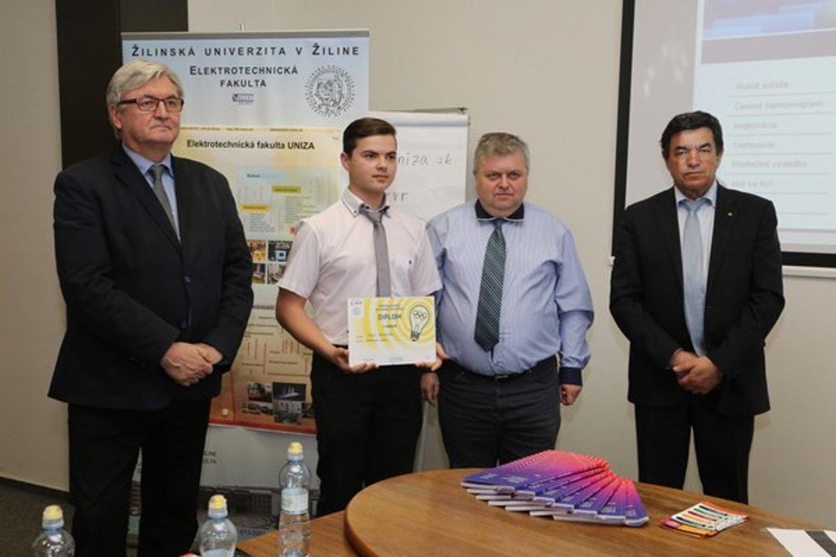 339fe341c Víťaz elektrotechnickej olympiády Matúš Fedorčák so svojím učiteľom (v  strede), dekan Elektrotechnickej fakulty