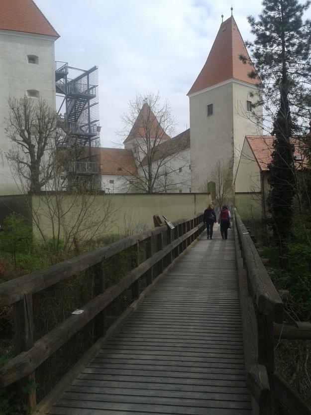 Mostík spája zámok so zámockým otrovom.