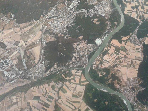 Na ortofotomape možno z vtáčej perspektívy hľadať zaujímavé miesta. Napríklad bývalú protiraketovú základňu na Devínskej Kobyle alebo sútok Moravy a Dunaja pod bralom zrúcaniny Devína.