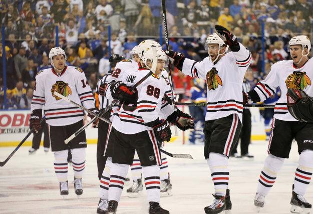 Hráči Chicaga oslavujú víťazstvo po góle Patricka Kanea (vľavo v popredí).