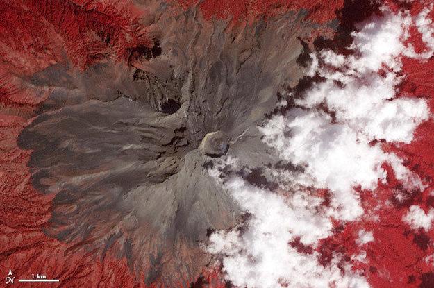 Mexická sopka Popocatepetl v nepravých farbách.