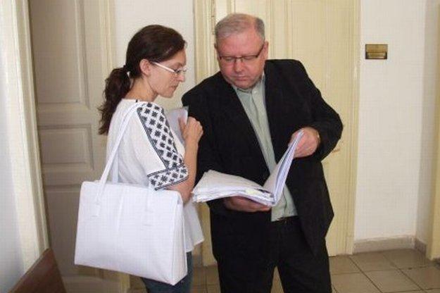 Právny zástupca Peter Koscelanský s mamou pacientky na súde.