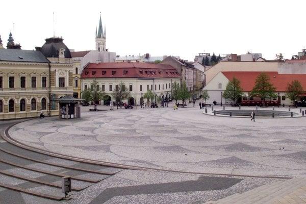 Svah na námestí vznikol zo zeminy, ktorú tam uložili pri výstavbe divadla.