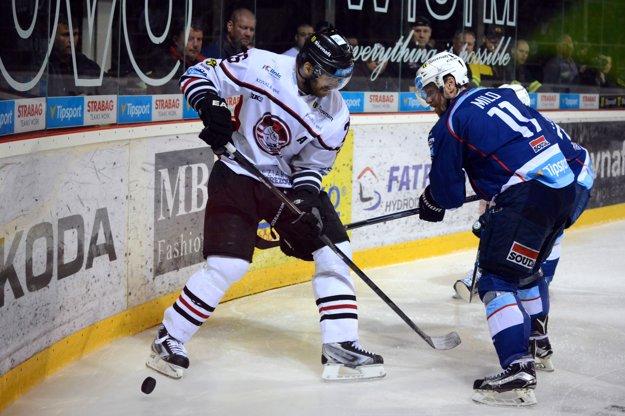 O puk bojujú dvaja veteráni - Michal Handzuš (vľavo) a Dušan Milo.
