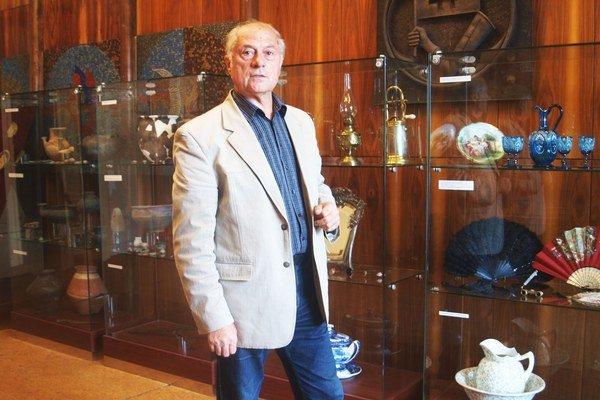 Riaditeľ múzea Anton Števko pri vitrínach s exponátmi výstavy Výber z výberu. Potrvá do konca októbra.