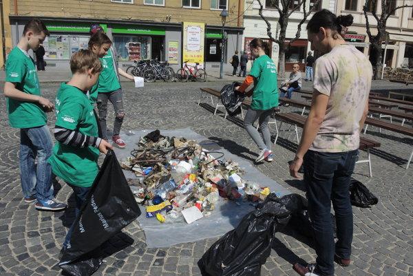 Na Mierové námestie vysypali odpad z Breziny.