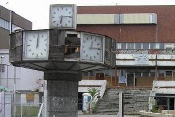 Hodiny nejdú, mechanizmus je pokazený. Poškodené sú aj drevené časti, na ktorých sú názvy svetových metropol.