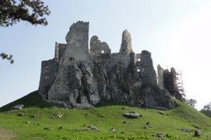 Záchranárov hradu Hrušov v máji vykradli. Polícia doteraz neprišla na to, kto tu úradoval.