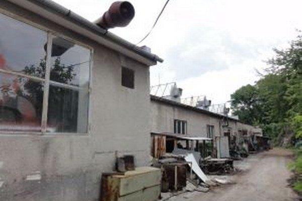 Za chátrajúce priestory na Viničnej sa súčasní nájomníci mesta hanbia.