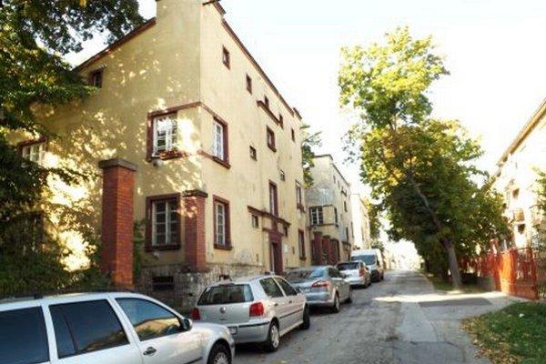 Mestské bytovky na Misionárskej ulici (vľavo).