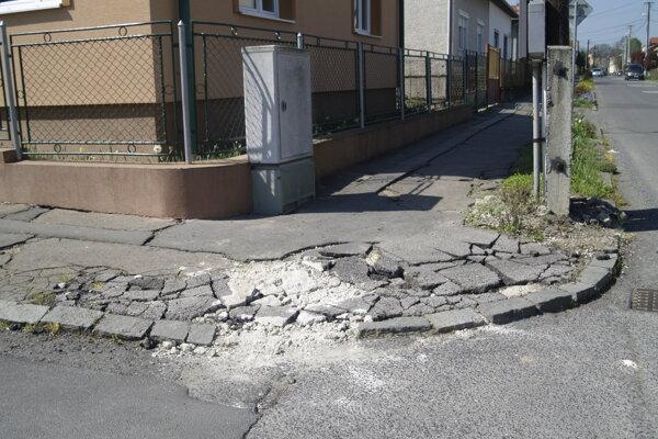 Rozbité chodníky nie sú jediným problémom obyvateľov