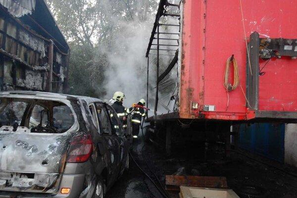 Oheň z lesíka sa rozšíril do areálu s autodielňou.