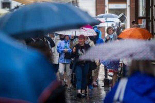Výstrahy pred dažďom potrvajú až do soboty.