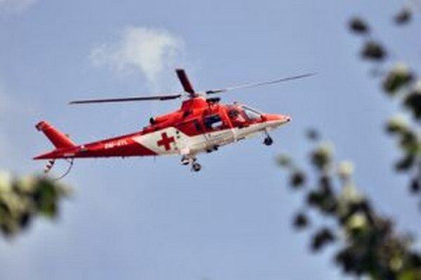 Pri nehode zasahuje aj vrtuľník.