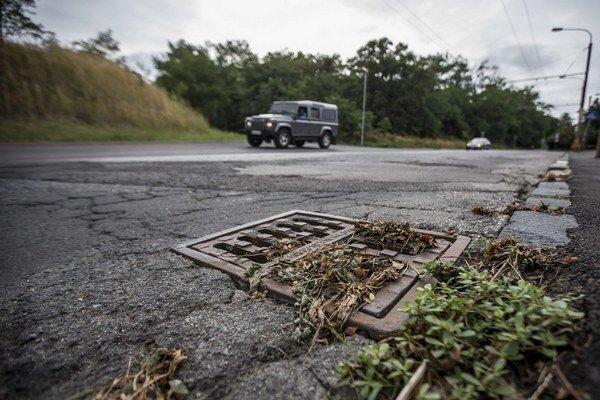 Čistenie vpustov pomáha proti zaplavovaniu ulíc po prívalových dažďoch len dočasne.