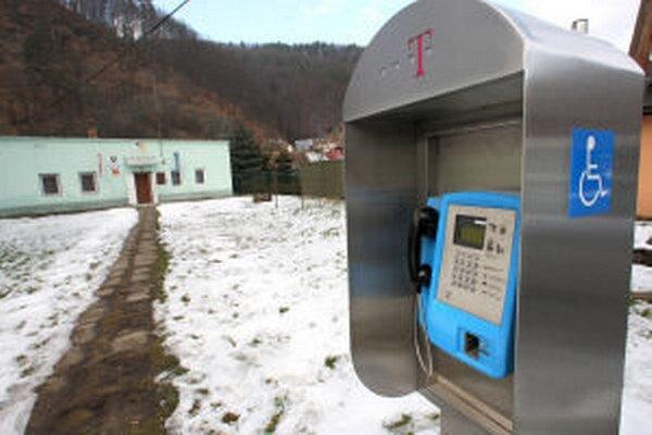 """V Kozelníku musia mobilný signál """"naháňať."""" Aj starostka obce radšej volá z pevnej linky."""