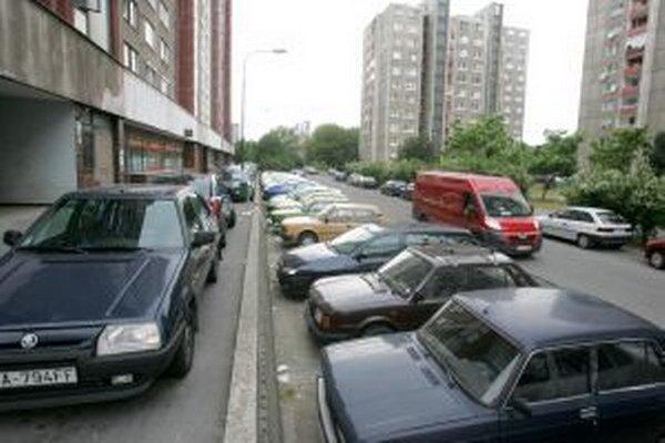 V Petržalke sa parkuje, kde sa dá.