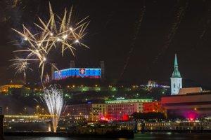 Pohľad na ohňostroj počas novoročných osláv v Bratislave.