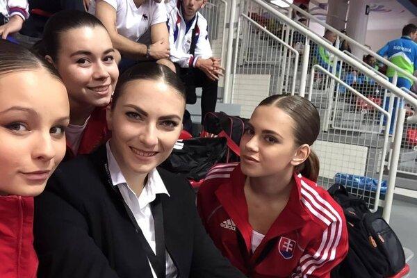 Dievčatá s trénerkou Čiernou.