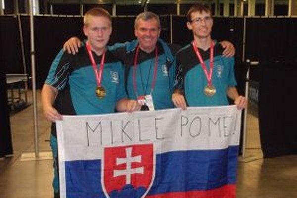 Zlatá výprava. Zo špeciálnej olympiády v Belgicku doniesli najcennejšie kovy. Zľava Marek Mišík, Ondrej Jurek a Matúš Mikle.