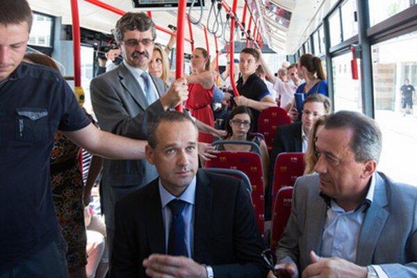 Primátor Bratislavy Milan Ftáčnik, predseda komisie dopravy a informačných systémov Jozef Uhler a generálny riaditeľ Dopravného podniku Ľubomír Belfi predstavili nové vozidlá.