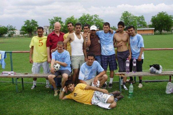 Utečenci na futbalovom turnaji v Rohovciach v roku 2012. Tam majú tábor.
