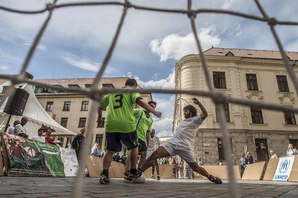 Futbal na námestí hrali športovci zo Slovenska, Konga či Bieloruska.