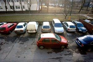 V Petržalke je tak veľa áut, že pri parkovaní sa aj musia navzájom blokovať. Vodiči nechávajú odistenú ručnú brzdu a keď chce niekto odísť, susedovo auto potlačí nabok.