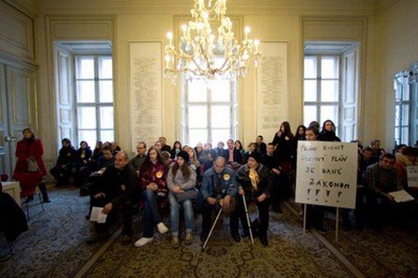 Proti výstavbe na Kráľovej hore protestovali ľudia v novembri 2011 aj na mestskom zastupiteľstve.