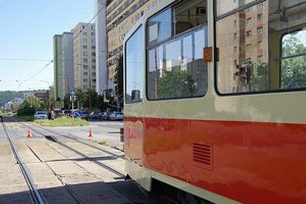 Na koľajniciach do Dúbravky vznikol v júni hrb, ktorý zastavil dopravu. Malo ho spôsobiť teplo.