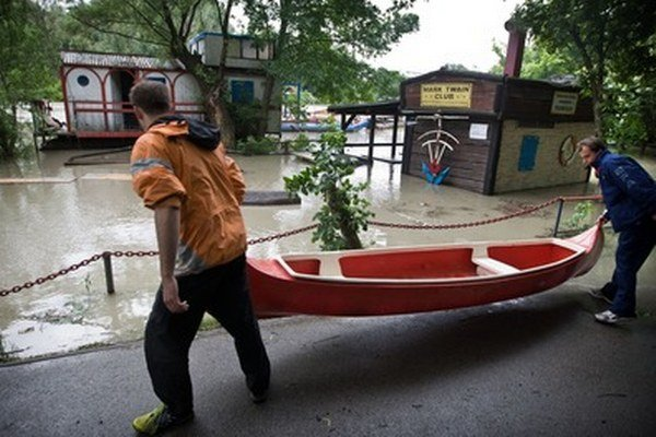 Vodáci sťahujúci lode počas minuloročných povodní.