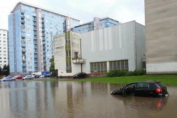 Zaplavený Ružinov po nedeľňajšom daždi.