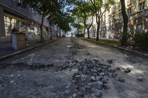 Rozoberanie dlažby na Májkovej ulici pri obytnom komplexeAvion z tridsiatych rokov 20teho storočia. Dnes je na tomto mieste už asfaltová cesta.