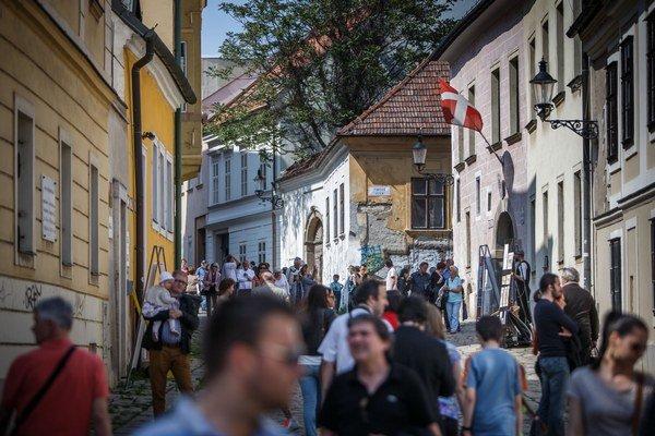 Kapitulská ulica počas jarných Kapitulských dvorov ožila. Vojsť sa dalo do niekoĺkých dvorov aj Baxovej veže. Ulica patrila umeniu, kultúre a histórii.