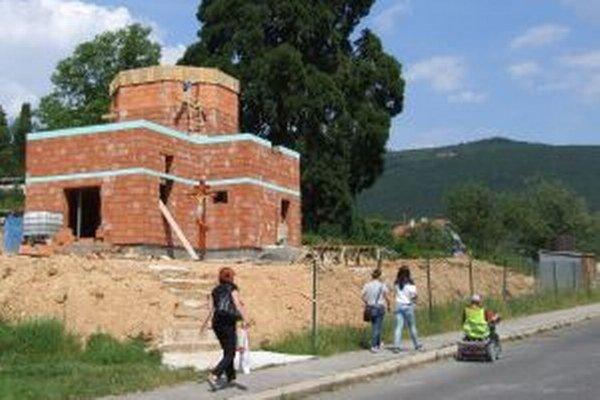 Pravoslávny kostol stavajú v lokalite Pod sekvojou.
