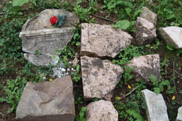 Zachovali sa len zvyšky náhrobkov.